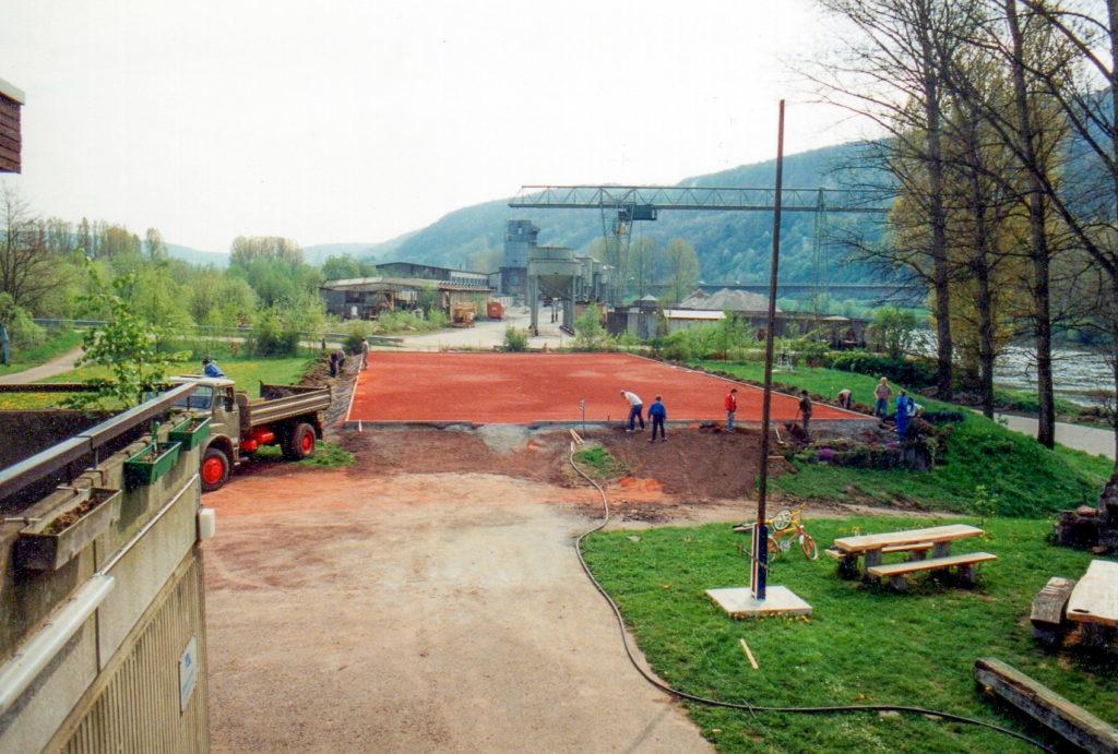 1990 - Höherlegung des Platzes zum Schutz vor Hochwasser